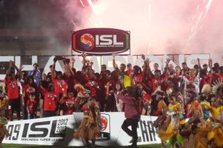 Persipura Jayapura saat menerima piala juara Indonesia Super League 2012-13 di Stadion Mandala Jayapura, Sabtu (21/9/2013).