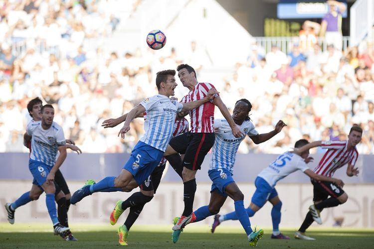 Bek Malaga, Diego Javier Llorente (kiri), berduel dengan penyerang Athletic Bilbao, Aritz Aduriz, dalam pertandingan La Liga di Stadion La Rosaleda, Malaga, 2 Oktober 2016.