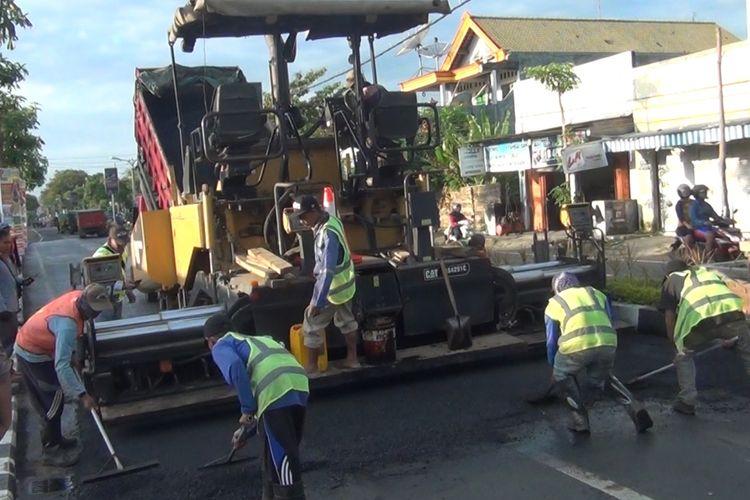 Perbaikan jalan nasional di ruas jalan Soekarno-Hatta Trenggalek Jawa Timur, tengah dilakukan perbaikan guna persiapan jalur mudik lebaran (09/05/2019).