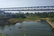 Kali Bekasi Menghitam, Diduga Imbas Pencemaran di Sungai Cileungsi
