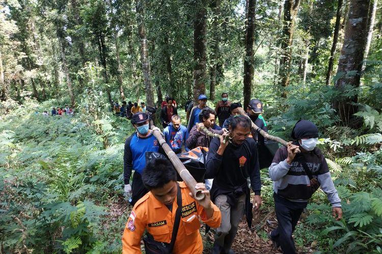 Tim SAR mengevakuasi jasad yang ditemukan tinggal tulang belilang di kawasan hutan kaki Gunung Slamet, Desa Sikapat, Kecamatan Sumbang, Kabupaten Banyumas, Jawa Tengah, Rabu (7/8/2019).