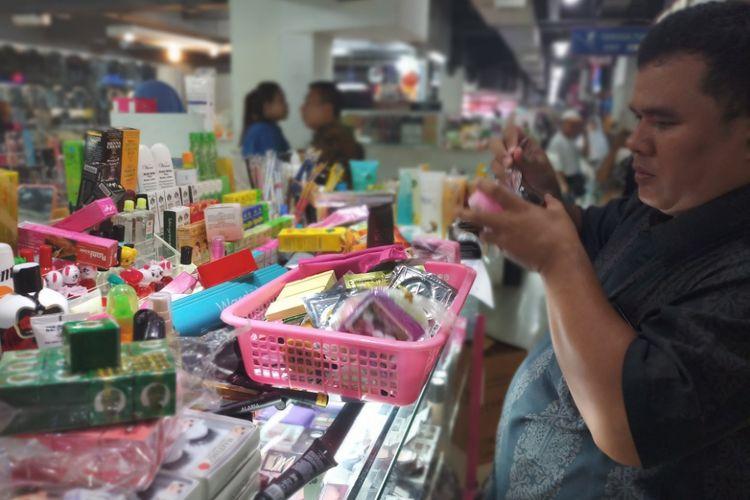 Badan Pengawas Obat dan Makanan (BPOM) Provinsi Kepulauan Riau (Kepri) kembali melakukan penyisiran kesejumlah konter yang menjual kosmetik ilegal, Selasa (4/12/2018).