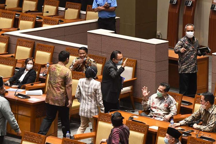 Sejumlah anggota DPR fraksi Partai Demokrat meninggalkan ruang sidang (walk out) saat pembahasan tingkat II RUU Cipta Kerja pada Rapat Paripurna di Kompleks Parlemen, Senayan, Jakarta, Senin (5/10/2020). Dalam rapat paripurna tersebut RUU Cipta Kerja disahkan menjadi Undang-Undang.