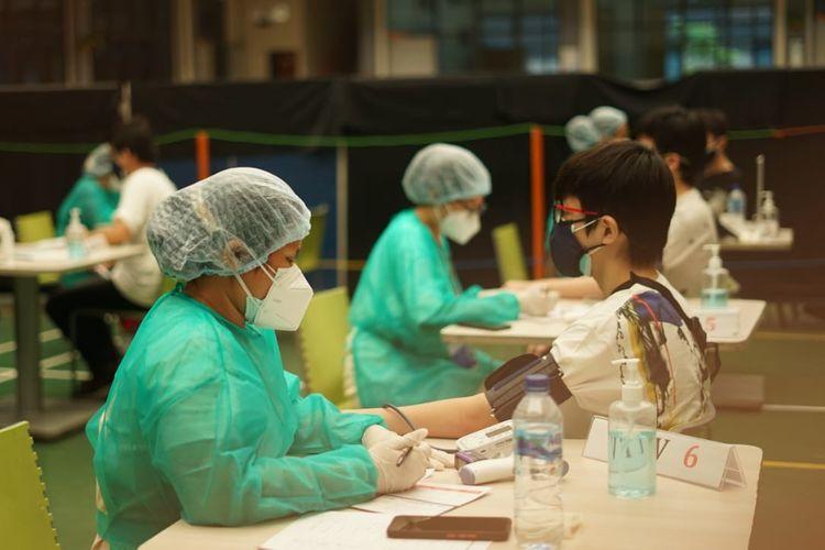 Salah satu murid Sekolah Kristen IPEKA saat sedang menerima vaksinasi dari program Sentra Vaksinasi Covid-19 di Sekolah Kristen Ipeka Pluit yang dilaksanakan pada 12-14 Juli 2021