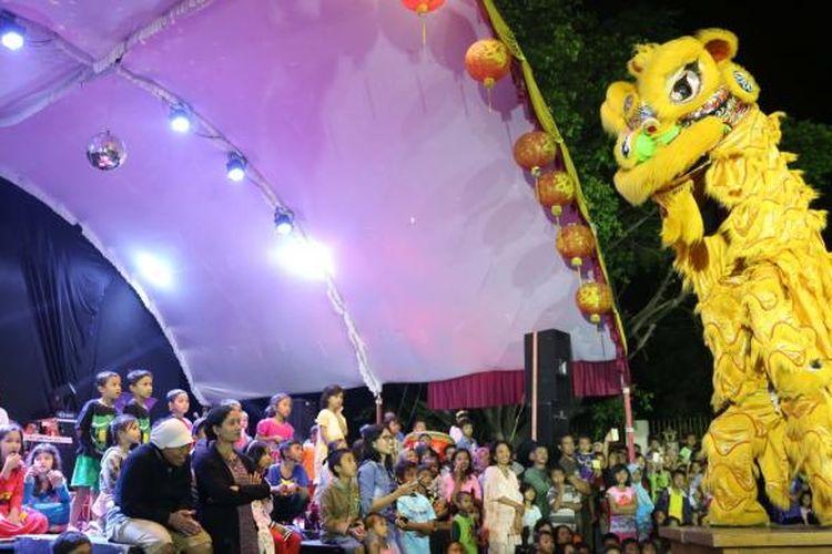 Suasana perayaan Cap Go Meh 2568 di Kecamatan Lasem di Kelenteng Cu Ang Kiong, Desa Soditan, Kecamatan Lasem, Kabupaten Rembang, Jawa Tengah, Jumat (10/2/2017). Cap Go Meh diambil dari dialek Hokkian berarti malam ke 15 alias malam bulan purnama menurut penanggalan Imlek. Cap Go Meh sendiri adalah penutup dari perayaan Tahun Baru Imlek.