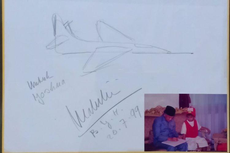 Penyanyi Joshua Suherman mengunggah foto kenangan masa kecilnya bersama almarhum Presiden ke-3 RI BJ Habibie.