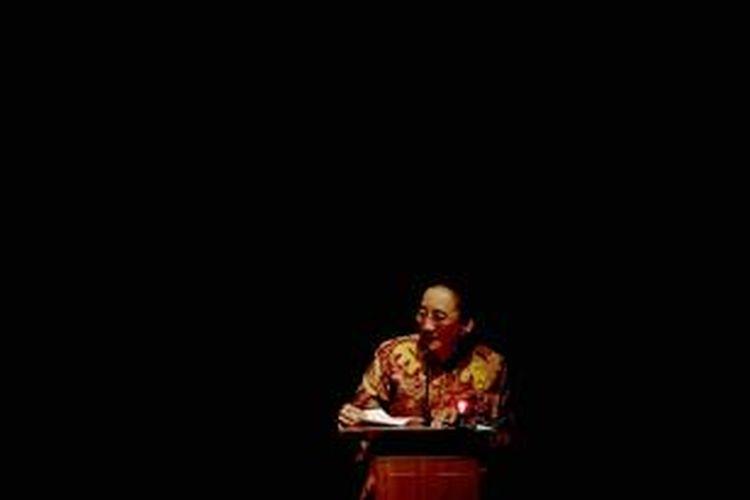 Hakim Konstitusi, Maria Farida Indrati berbicara dalam sidang Hak Asasi Manusia di Gedung Usmar Ismail, Jakarta, Rabu (12/12).