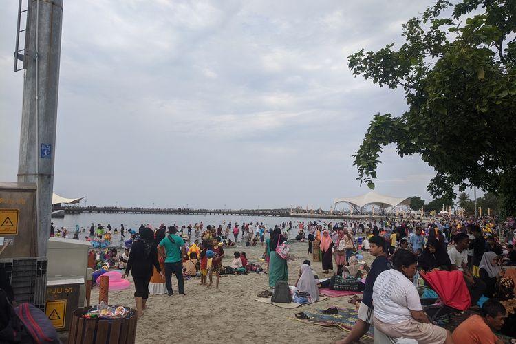 Puluhan ribu pengunjung padati Taman Impian Jaya Ancol saat libur Natal 2019.
