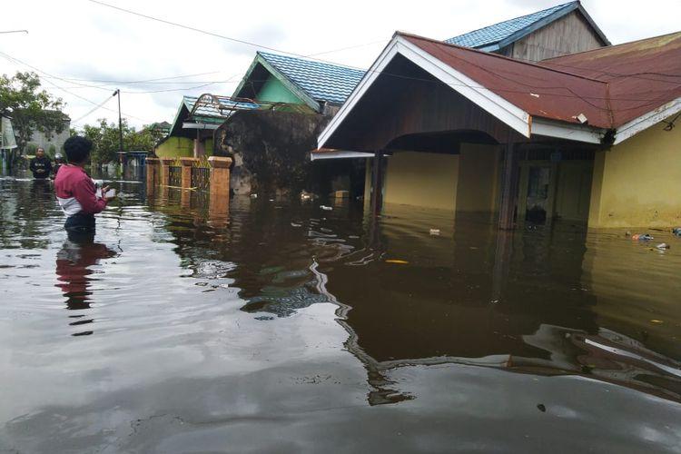 Banjir yang menggenangi puluhan rumah di kawasan Bengkuring, Samarinda, Kalimantan Timur, Rabu (15/1/2020).