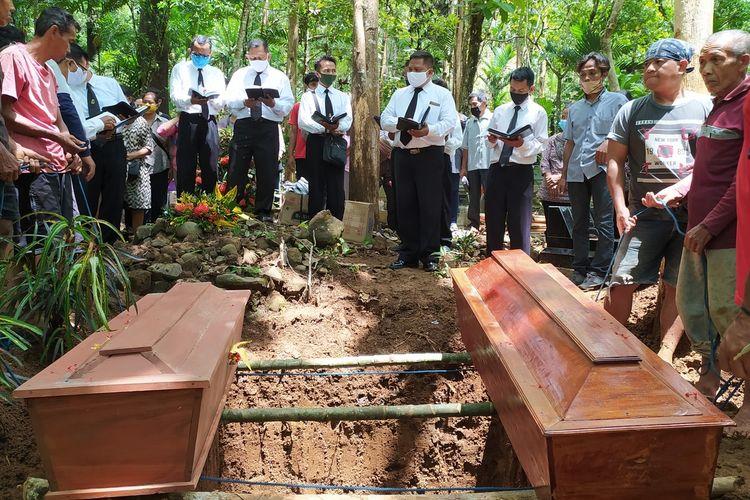 Pemakaman kakak beradik korban longsor Lucas (13) dan Yudas (8) di TPU Desa Banjarpanepen, Kecamatan Sumpiuh, Kabupaten Banyumas, Jawa Tengah, Rabu (18/11/2020).