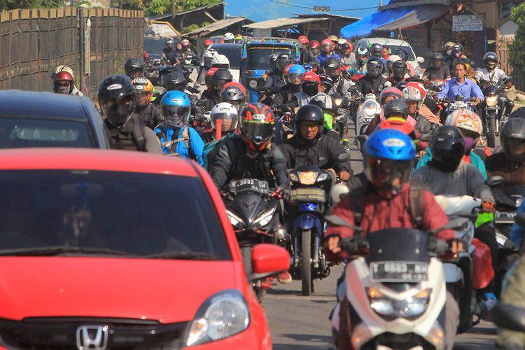 Suasana kepadatan di jalur Pantura Palimanan, saat kendaraan pemudik melintas di Cirebon, Jawa Barat, Minggu (9/6/2019). H+4 Lebaran yang jatuh pada Minggu (9/6) merupakan puncak arus balik jalur Pantura yang didominasi kendaraan sepeda motor.