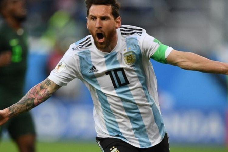 Lionel Messi merayakan gol Argentina ke gawang Nigeria pada pertandingan Grup D Piala Dunia 2018 di St. Petersburg, 26 Juni 2018.
