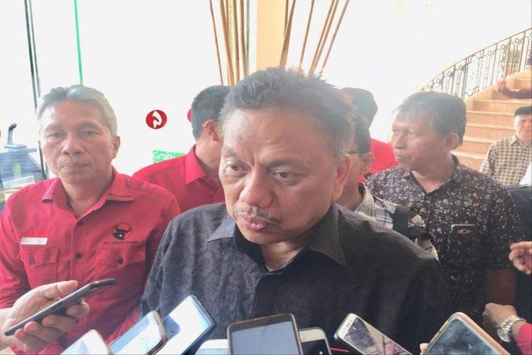 Gubernur Sulut Olly Dondokambey saat diwawancarai usai memberikan pengarahan kepada calon legislatif (Caleg) PDI-P terpilih se-Sulut di Hotel Gran Puri Manado, Kamis (15/8/2019).