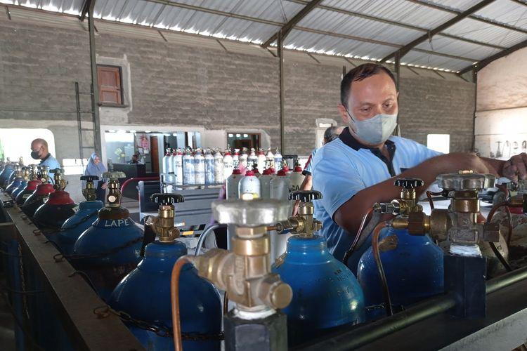Petugas melakukan isi ulang tabung oksigen, Senin (5/7/2021). Saat ini stok gas oksigen di NTB masih aman.