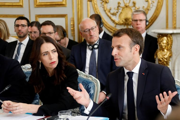 Presiden Perancis Emmanuel Macron (kanan) dan Perdana Menteri Selandia Baru Jacinda Ardern (kiri) menghadiri KTT di Paris, Perancis, Rabu (15/5/2019). (AFP/CHARLES PLATIAU)