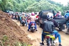 Longsor, Jalur Padang-Solok Macet Total