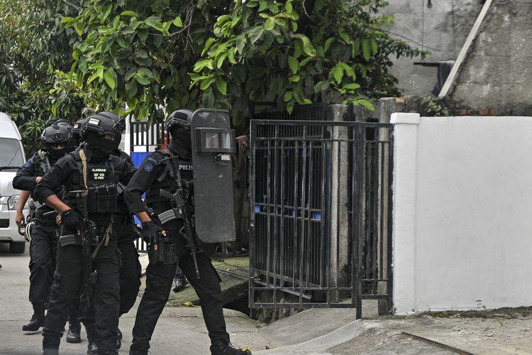 Petugas Densus 88 Antiteror Mabes Polri berusaha masuk ke dalam rumah kontrakan yang dihuni EY alias Rafli saat dilakukan penggeledahan di Kavling Barokah, Kelurahan Bahagia, Babelan Kabupaten Bekasi, Jawa Barat, Kamis (9/5/2019). Hasil Penggeledahan itu tim Densus 88 Mabes Polri mengamankan sejumlah barang bukti seperti pin ISIS, anak panah, ardosistem dan sejumlah senjata tajam. ANTARA FOTO/Ariesanto/hma/wsj.