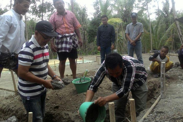 Peletakan batu pertama pembangunan rumah Hernowo dan Kamilah berlangsung  Senin (15/10/2018) sore. Ketua RT 85 Dukuh Anjir Sukardi Hadi Purnomo, kontraktor pembangunan rumah Deddy Suherlan, dan Bambang dari Kompas.com meletakkan batu pertama menandai pembangunan rumah.