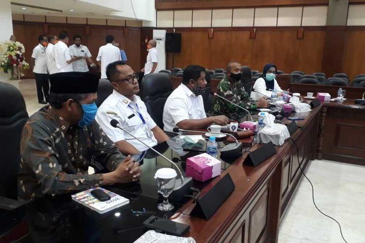 Ketua DPRD Maluku, Lucky Wattimury saat memimpin rapat bersama dengan pemerintah provinsi Maluku dan instansi terkait di Kantor DPRD Maluku, Rabu (15/4/2020)
