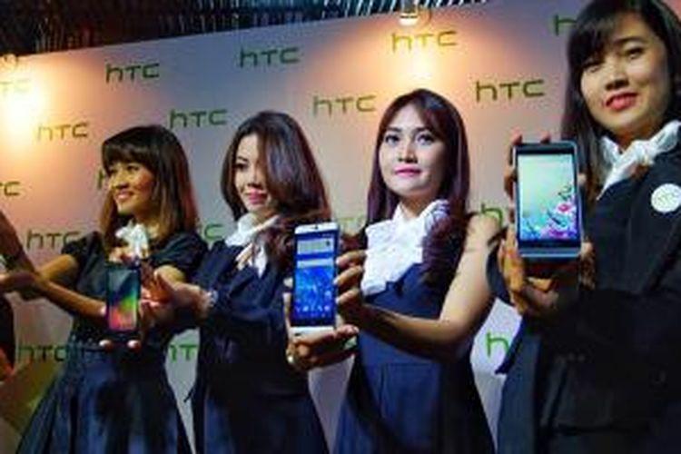 Model menunjukkan empat ponsel seri Desire dari HTC yang diluncurkan berbarengan dalam acara di Jakarta, Kamis (3/8/2015).