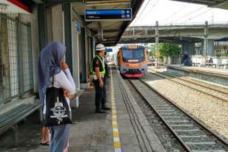 Warga menunggu kedatangan kereta di Stasiun Ancol, Jakarta Utara, Minggu (26/6/2016).