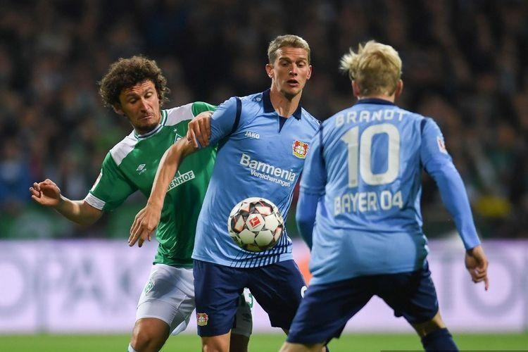 Bek Bremen asal Serbia Milos Veljkovic dan pemain belakang Leverkusen asal Jerman Sven Bender bersaing untuk merebut bola selama pertandingan sepakbola divisi satu Jerman Bundesliga Werder Bremen lawan Bayer 04 Leverkusen di Bremen, nothern Jerman, pada 28 Oktober 2018.