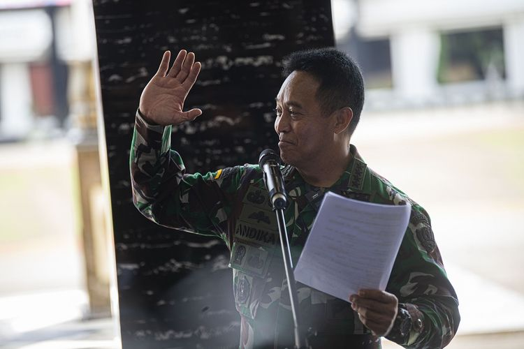 Wakil Ketua Komite Pelaksana Penanganan COVID-19 dan Pemulihan Ekonomi Nasional (PEN) yang juga Kepala Staf Angkatan Darat (KSAD) Jenderal TNI Andika Perkasa menyampaikan sambutannya sebelum menerima hasil uji klinis tahap tiga obat baru untuk penanganan pasien COVID-19 di Jakarta, Sabtu (15/8/2020). Universitas Airlangga bekerja sama dengan TNI Angkatan Darat (AD), Badan Intelijen Negara (BIN) dan Polri menyelesaikan penelitian obat baru untuk pasien COVID-19 yang dirawat tanpa ventilator di rumah sakit, berupa hasil kombinasi dari tiga jenis obat dan saat ini memasuki proses untuk mendapatkan izin produksi. ANTARA FOTO/Aditya Pradana Putra/wsj.