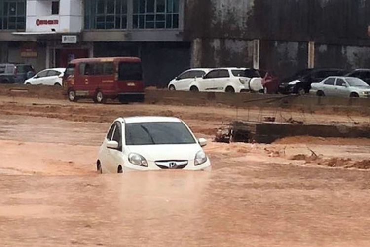 Sebagian wilayah Kota Batam, Kepulauan Riau, tergenang air setelah kota ini diguyur hujan lebat dari pukul 12.00 WIB hingga 14.05 WIB, Jumat (7/9/2018).