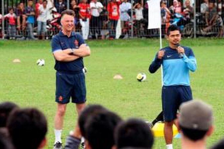 Pelatih Timnas Belanda Louis van Gaal (kiri) bersama mantan bintang Timnas Indonesia Bambang Pamungkas (kanan) bersiap untuk membagi ilmunya dalam acara coaching cling Timnas Belanda di Lapangan C PSSI Senayan, Jakarta, Kamis (6/6/2013).
