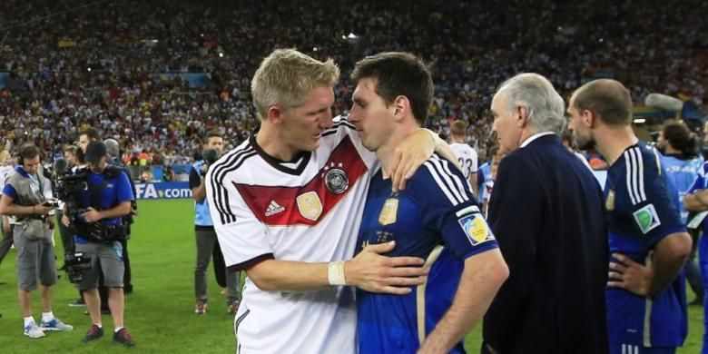 Pemain Jerman Bastian Schweinsteiger merangkul pemain Argentina Lionel Messi setelah Jerman mengalahkan Argentina 1-0 di final Piala Dunia 2014 di Stadion Maracana, Rio de Janeiro, Brasil, Minggu (13/7/2014) atau Senin dini hari WIB.