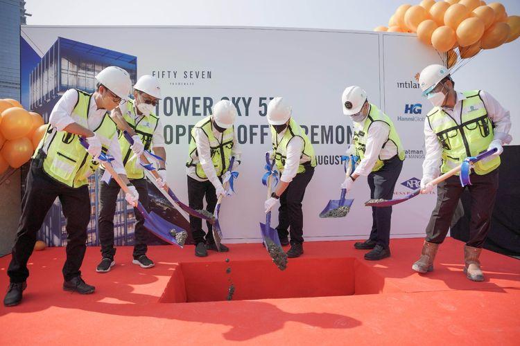 Prosesi topping off tower kedua yakni Sky57 oleh Direksi PT Intiland Development serta perwakilan dari pihak kontraktor dan konsultan pada Jumat (27/8/2021).