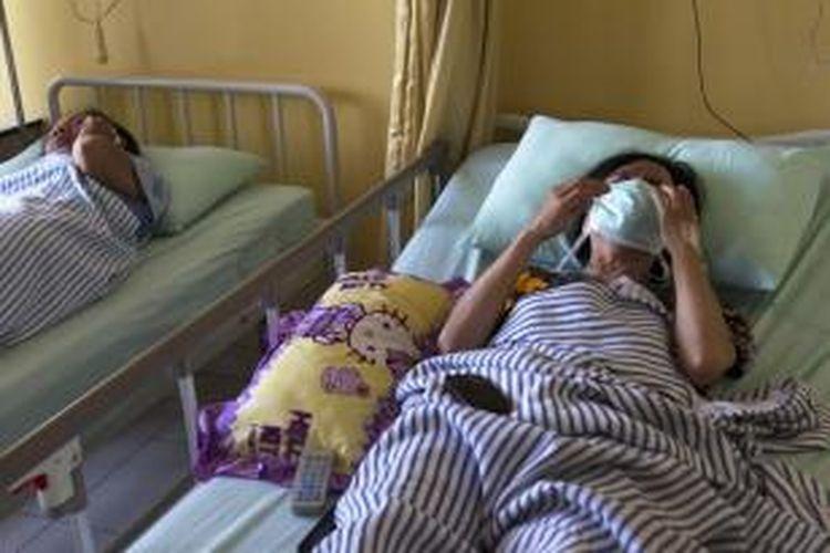 Beberapa korban kecelakaan KRL masih dirawat di Rumah Sakit dr Suyoto, Jakarta Selatan, Selasa (10/12/2013). Tabrakan antara KRL jurusan Serpong-Tanah Abang dengan truk tangki pembawa bahan bakar yang terjadi di Bintaro kemarin menyebabkan korban tewas dan puluhan orang terluka.