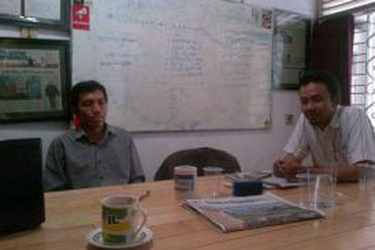 Aktivis anti korupsi Ronny Maryanto (kiri) bersama ketua KP2KKN Jawa Tengah Muhammad Rofiudin, Senin (2/11/2015).