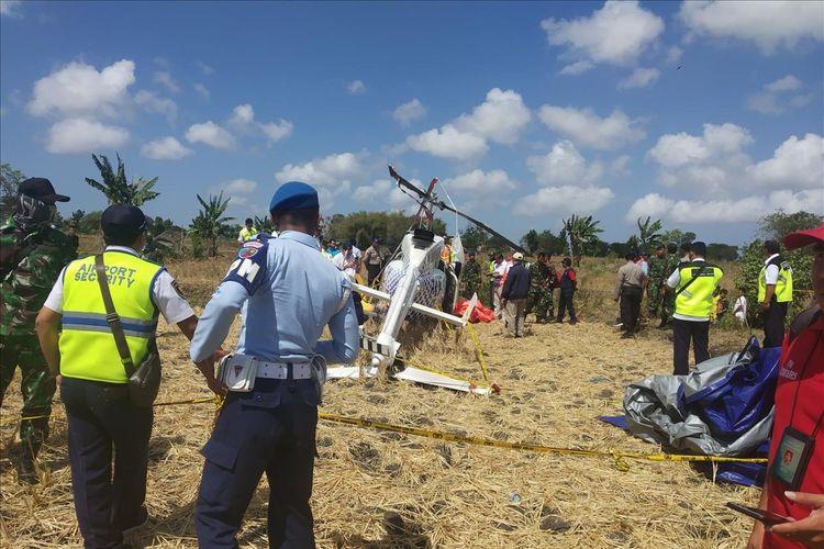 KNKT saat melakukan pemeriksaan di lokasi TKP tempat jatuhnya helikopter di Desa Kawo, Kecamatan Pujut, Lombok Tengah, Senin (15/7/2019).