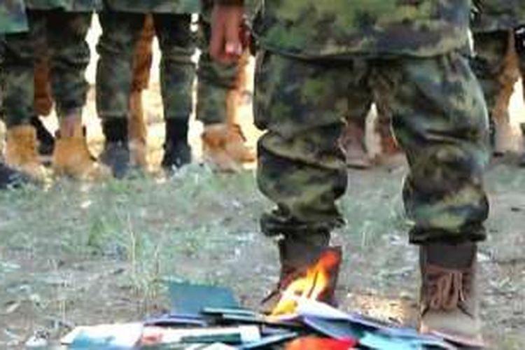 Kelompok teror ISIS melibatkan anak-anak dalam video propaganda dengan aksi pembakaran paspor Indonesia dan Malaysia.