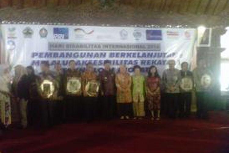 Sejumlah pemimpin daerah dan tokoh masyarakat, termasuk Walikota Surabaya Tri Rismaharini, menerima penghargaan dalam rangka Hari Disabilitas Internasional (HDI) di Pendopo Pengayoman, Temanggung, Jawa Tengah, Rabu (3/12/2014).