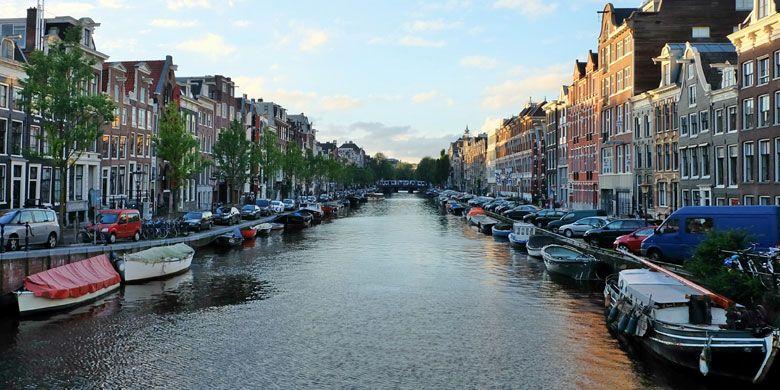 Kanal di Amsterdam, Belanda. Hingga saat ini di Amsterdam terdapat sekitar 165 kanal dan 1500 jembatan.
