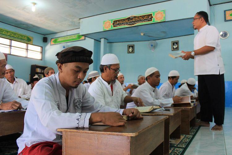 Sejumlah warga binaan Lapan Batu, Nusakambangan saat mengikuti kegiatan Pesantren Ramadhan di Masjid Attaubah, Senin (5/6/2017)