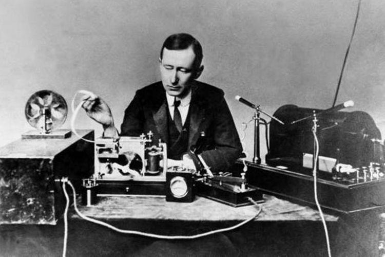 Guglielmo Marconi memperlihatkan cara penggunaan pemancar radio tanpa kabel buatannya pada tahun 1901.
