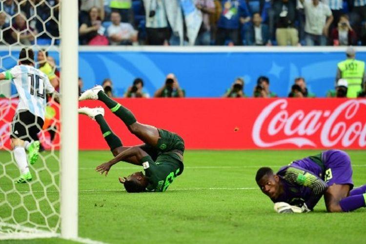 Kiper Nigeria, Francis Uzoho, gagal menahan tendangan kapten Argentina, Lionel Messi, saat kedua tim bertemu di St. Petersburg, 26 Juni 2018.