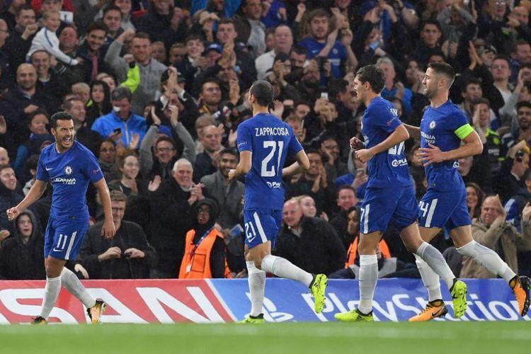 Para pemain Chelsea mengejar Pedro yang mencetak gol pembuka timnya pada pertandingan Liga Champions versus Qarabag di Stamford Bridge, Selasa (12/9/2017).