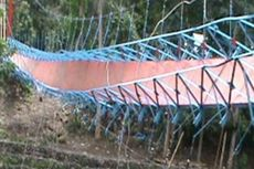 Jembatan Gantung Terputus, Puluhan Orang Jatuh ke Sungai