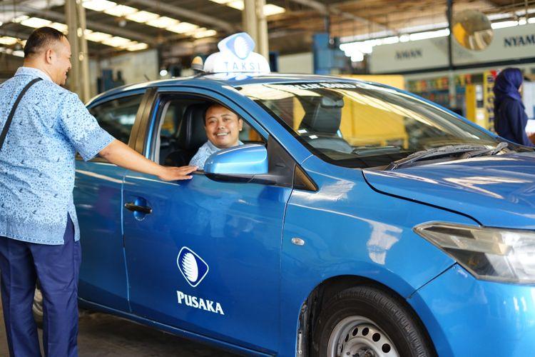 Ilustrasi pengemudi Blue Bird dan armada taksi yang dikemudikan