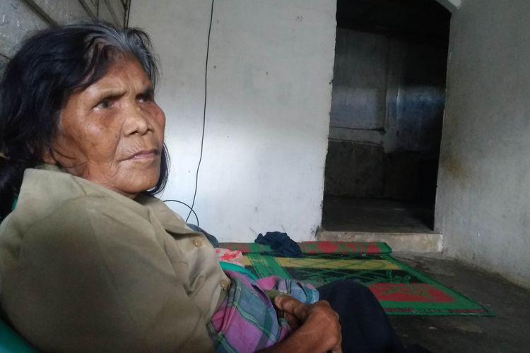 Foto: Lena Sianturi (70) ditemui di sebuah rumah kosong milik warga. Lena menumpang karena kondisi rumahnya masih terendam banjir, Sabtu (5/12/2020).