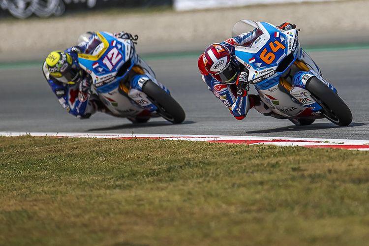 Pebalap Pertamina Mandalika SAG Team saat balapan pada Moto2 Catalunya
