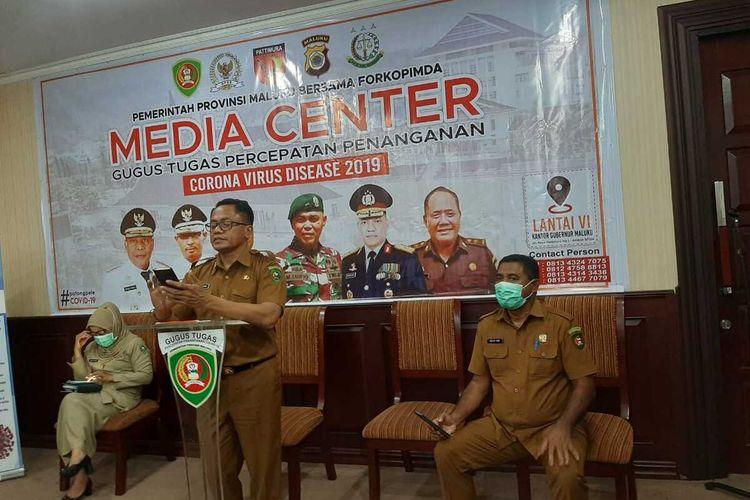 Ketua Harian Gugus Tugas Percepatan Penanganan Covid-19 Provinsi Maluku, Kasrul Selang saat memberikan keterangan kepada wartawan di Kantor Gubernur Maluku, Senin malam (11/5/2020)