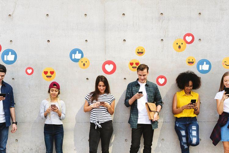 Ilustrasi media sosial dan interaksi dunia digital.