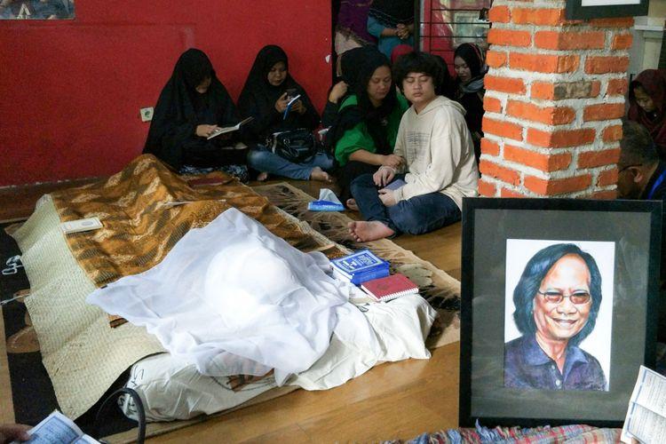Jenazah Yon Koeswoyo disemayamkan di rumah duka, di Jalan Salak, Pamulang, Tangerang Selatan, Jumat (5/1/2018).