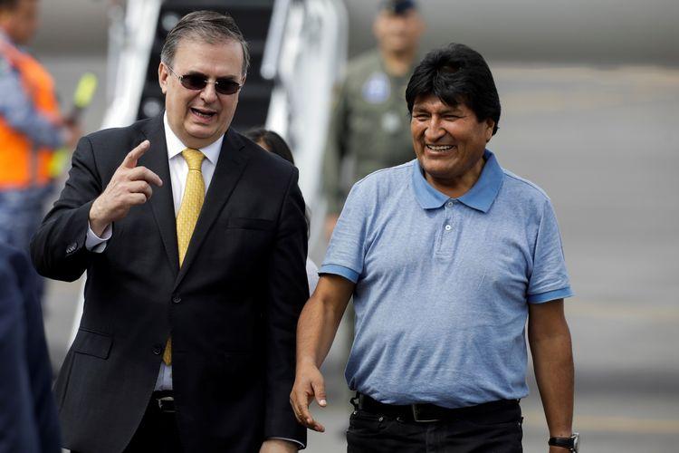 Mantan Presiden Bolivia Evo Morales disambut Menteri Luar Negeri Meksiko Marcelo Ebrard ketika sampai di Bandara Internasional Mexico City pada 12 November 2019.