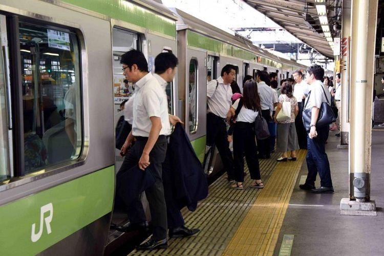 Jadwal kereta api di Jepang dikenal sebagai salah satu yang paling tepat waktu di dunia.